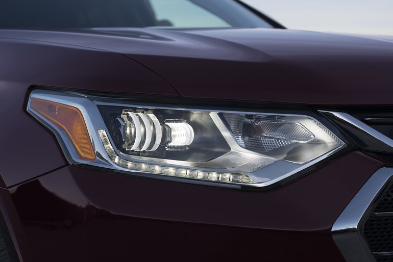 The_2018_Traverse_has_a_new_look_inspired_by_Chevrolet's_full-size_SUVs,_with_purposeful_proportions_complemented_by_premium_cues_such_as_chrome_accents,_LED_signature_lighting_and_available_D-Optic_LED_headlamps.
