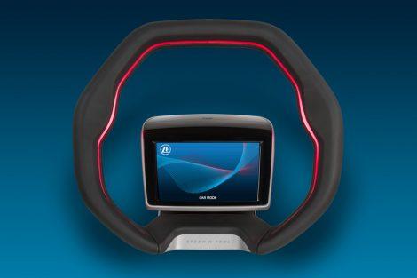 _Ein_mittig_sitzendes_LCD-Display_ermöglicht_intuitive_Gestensteuerung_und_kann,_zusammen_mit_der_adaptiven_Beleuchtung_im_Lenkradkranz,_Informationen_an_den_Fahrer_weitergeben.